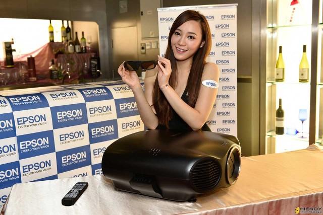 """מקרן Epson EH-LS1000 מגיע עם משקפי תלת מימד (צילום: יח""""צ)"""