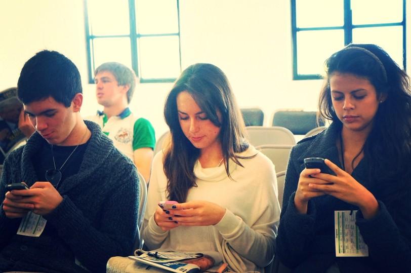 אנשים משחקים בסמארטפון