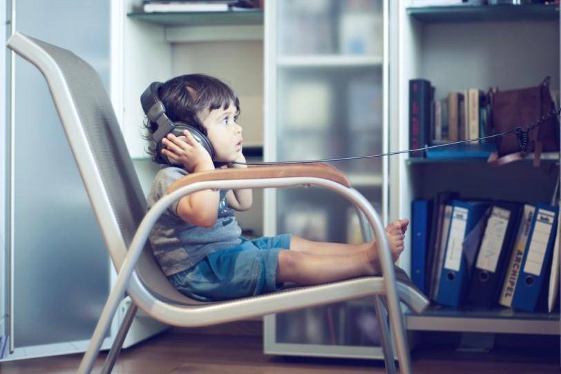 ילד מאזין למוסיקה באוזניות