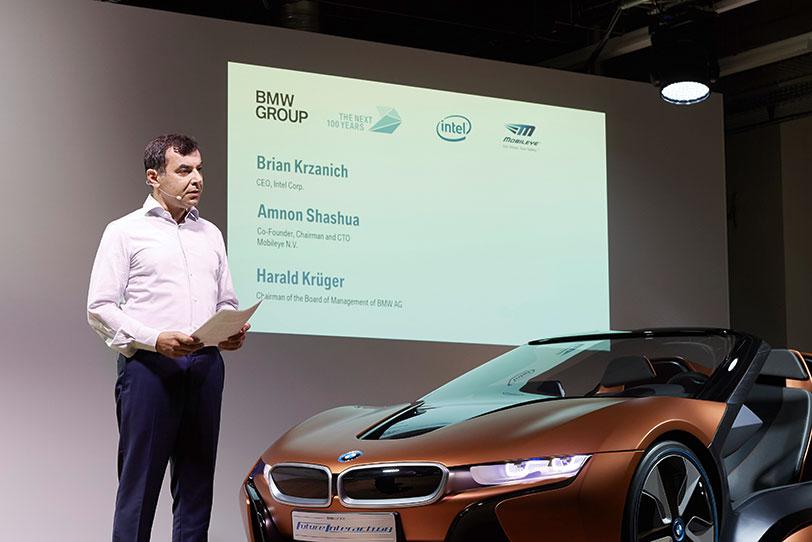 מנהל הטכנולוגיות במובילאיי, אמנון שעשוע, מציג את שיתוף הפעולה לפיתוח הרכב האוטונומי (צילום: BMW)