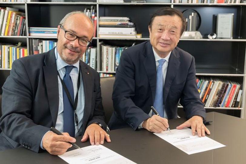 """מימין לשמאל: רן ז'נגפיי (Ran Zhengfei), נשיא ומנכ""""ל וואווי, וד""""ר אנדרס קאופמן, סמנכ""""ל Leica Camera (מקור: Huawei)"""