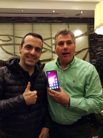 מנהל מותג שיאומי בישראל, אבי קורנפלד ומנהל המוצר בשיאומי, הוגו בארה