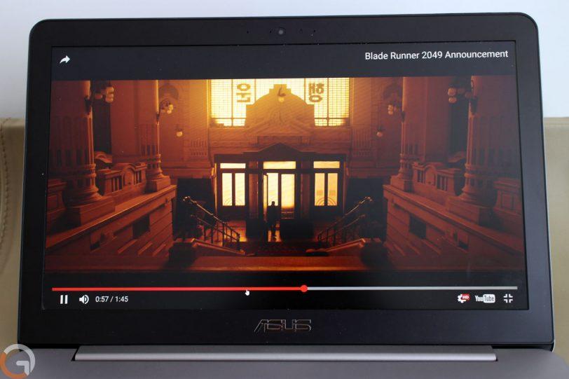 תצוגת המסך ב-ASUS Zenbook עם סרטון בלייד ראנר