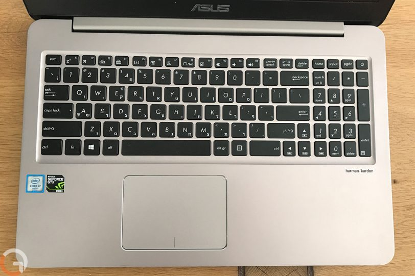 מקשי מקלדת ומשטח עכבר מחשב ASUS Zenbook UX510