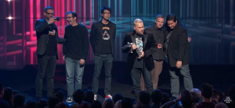 נציגי בליזארד חוגגים את קבלת הפרס על במת Game Awards