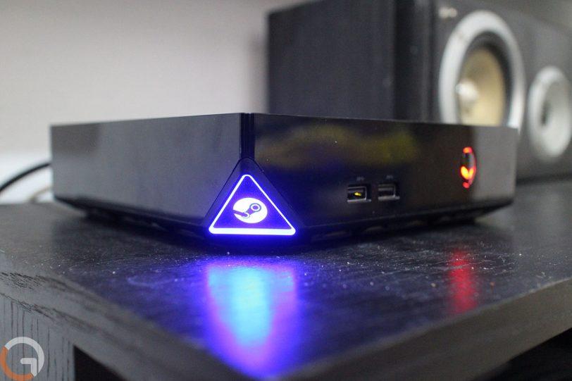 לוגו Steam זוהר בצבע כחול בצד ה-Alienware Steam Alpha