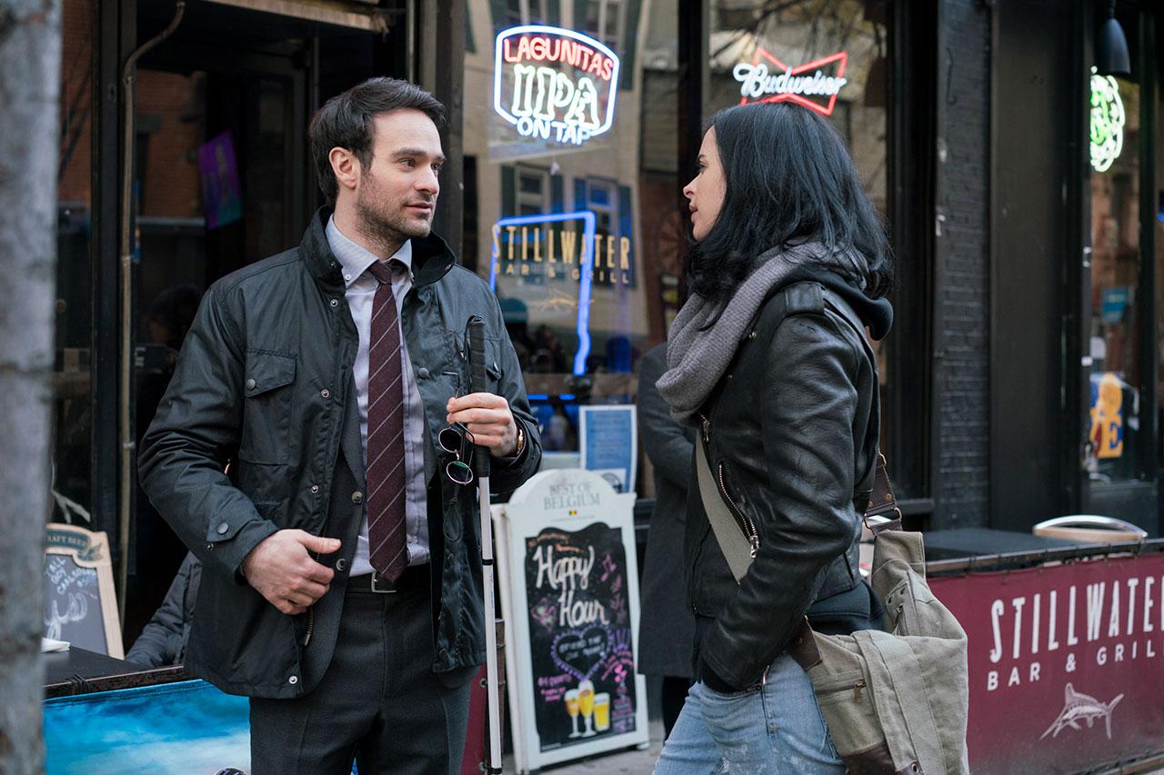 """מאט מרדוק (דרדוויל) וג'סיקה ג'ונס מתוך """"המגנים"""" (תמונה באדיבות Netflix, צילום: Sarah Shatz)"""