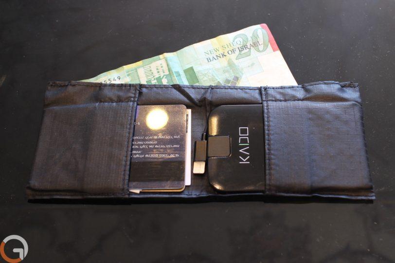 מטען KADO בתוך הארנק (צילום: רונן מנדזיצקי, גאדג'טי)
