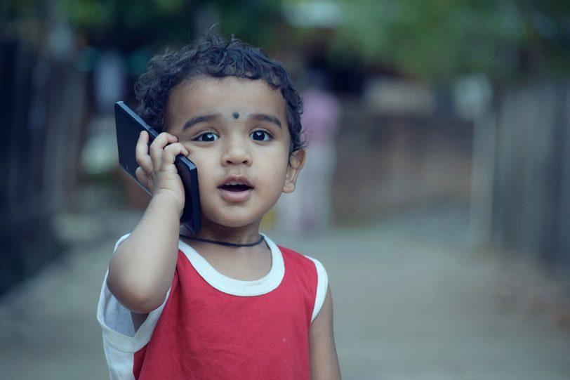 ילד קטן מחזיק סמארטפון