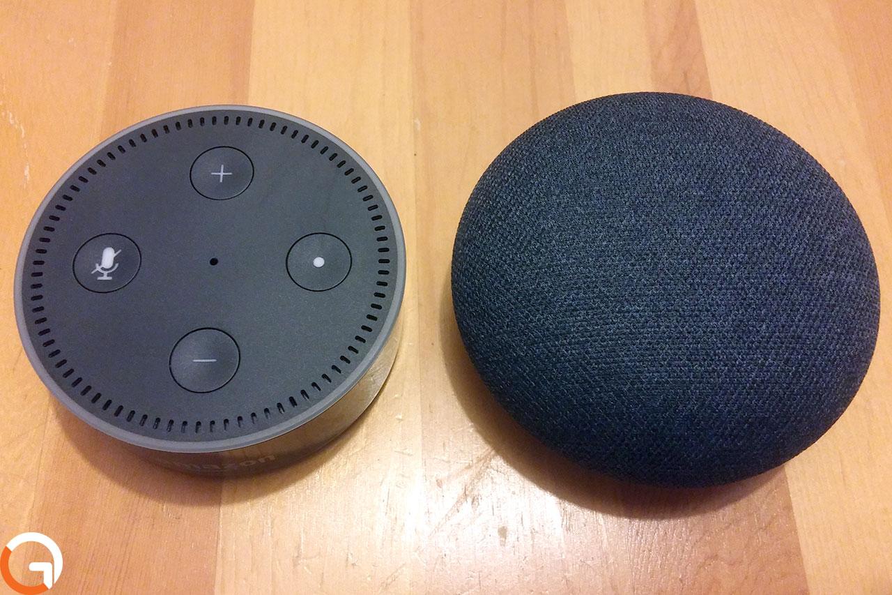 Google Home Mini מול Amazon Echo Dot (צילום: אורי אליאבייב, גאדג'טי)