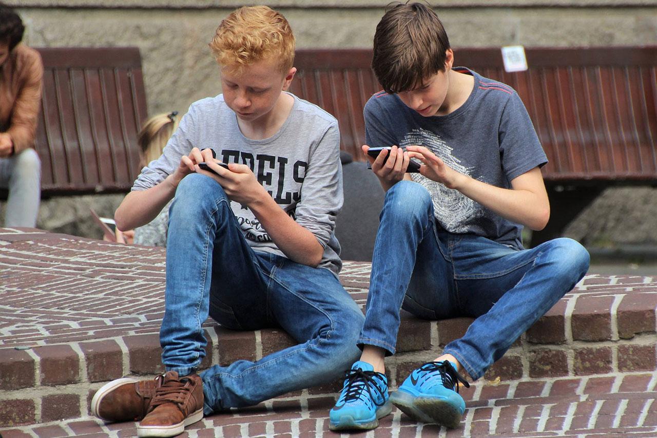 ילדים משחקים בסמארטפון (CC0)
