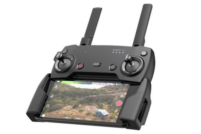 שלט ה-Mavic Air הייעודי יחד עם מכשיר סלולרי כמסך (מקור DJI)