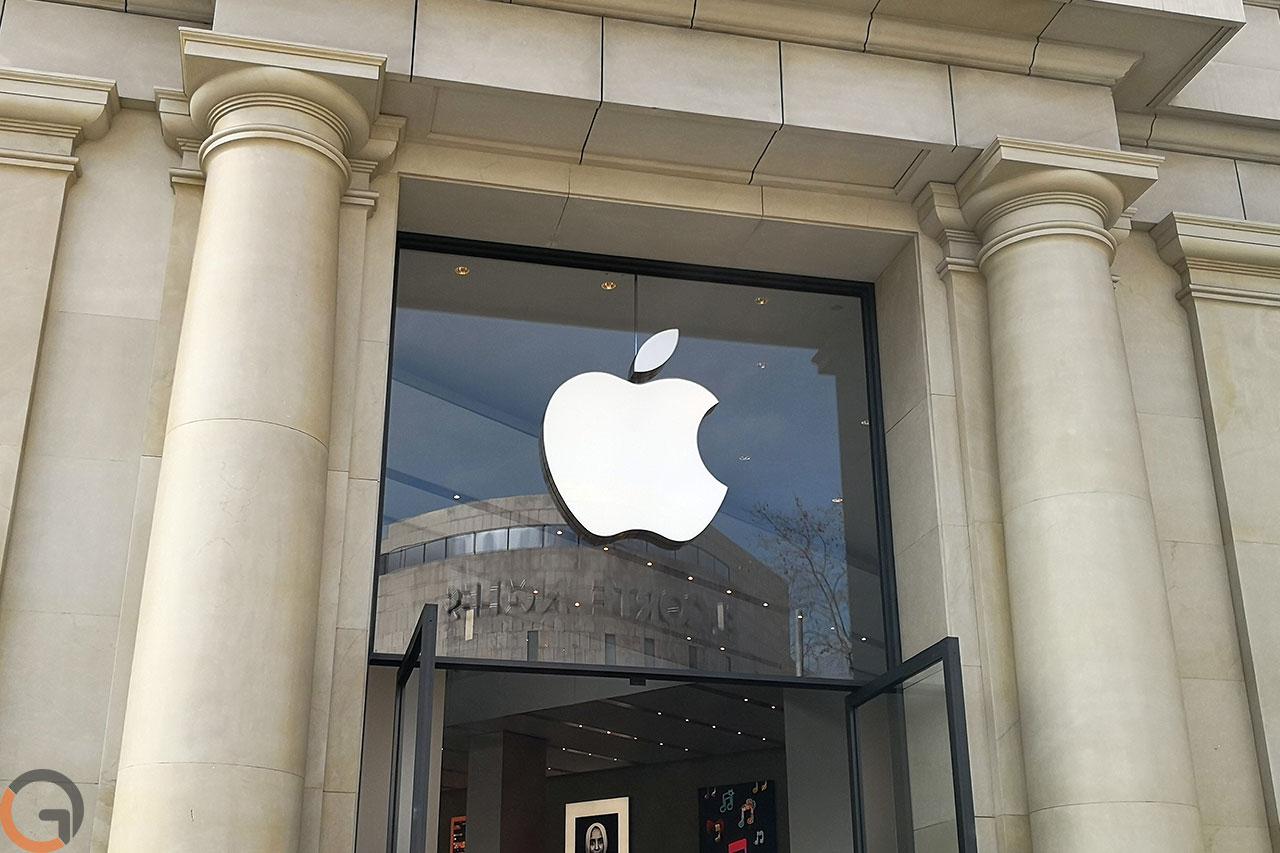 לוגו אפל, כניסה לחנות בברצלונה (צילום: רונן מנדזיצקי, גאדג'טי)