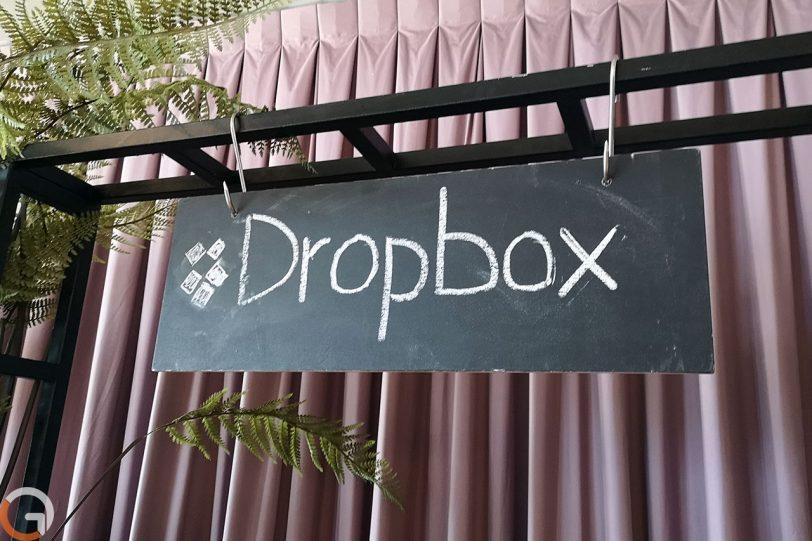 שלט בחדר האוכל המרכזי של דרופבוקס (צילום: רונן מנדזיצקי, גאדג'טי)