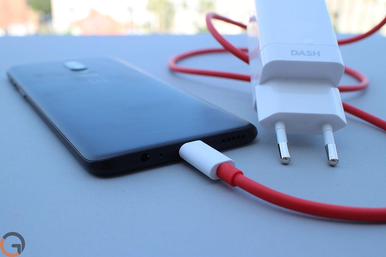 מטען Dash Charger של OnePlus 6 (צילום: רונן מנדזיצקי, גאדג'טי)