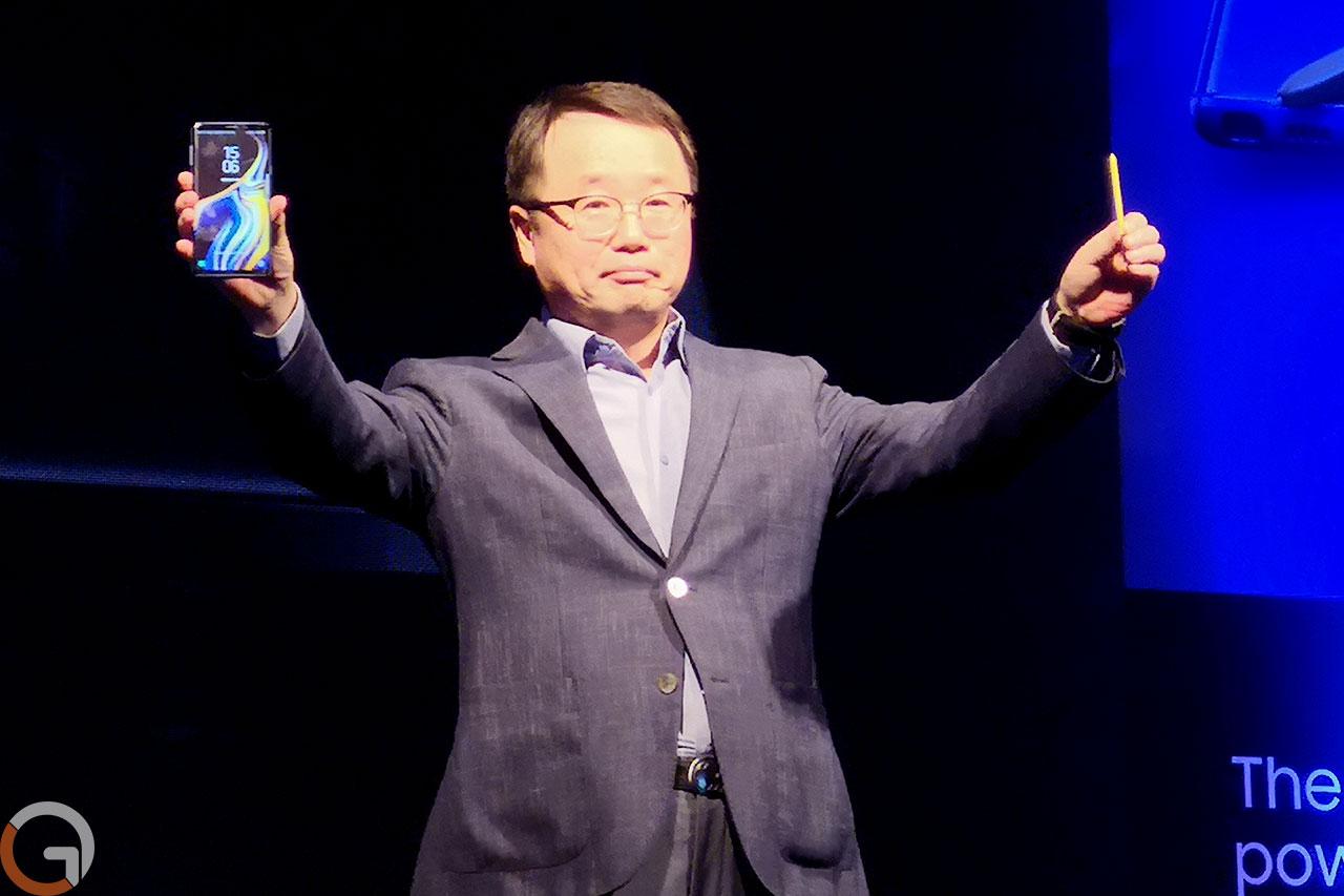 """מנכ""""ל סמסונג ישראל, מר קריין קו, מציג את הגלקסי נוט 9 (צילום: רונן מנדזיצקי, גאדג'טי)"""