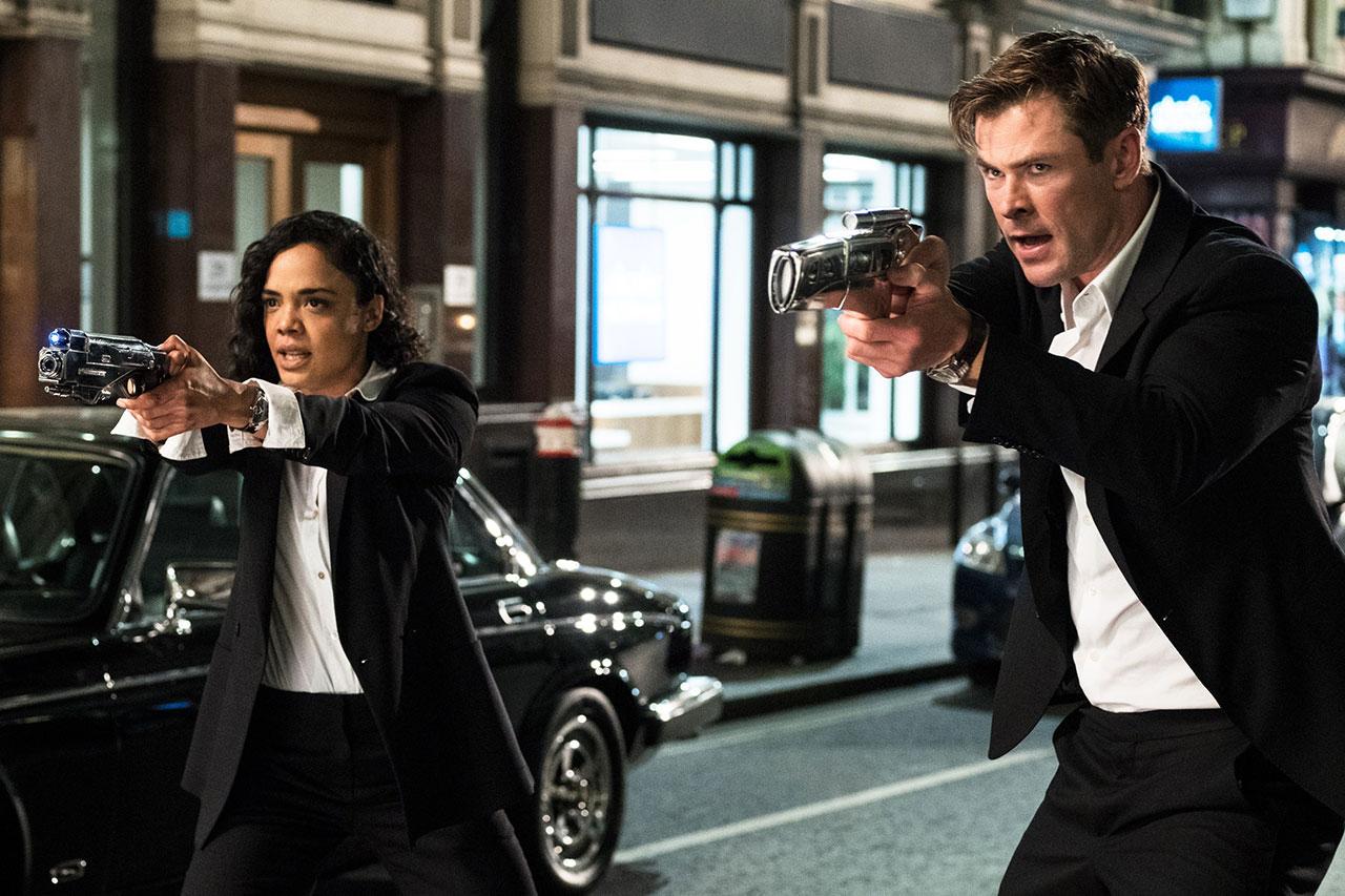 """טסה תומפסון וכריס המסוורת' מתוך """"גברים בשחור אינטרנשיונל"""" (תמונה: Sony Pictures)"""