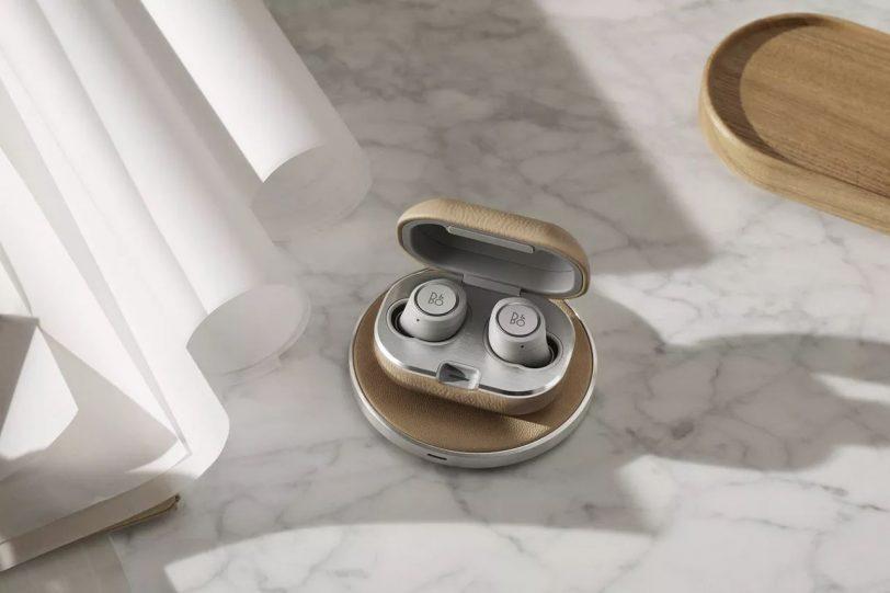 אוזניות Beoplay E8 2.0 ומשטח טעינה (מקור B&O)