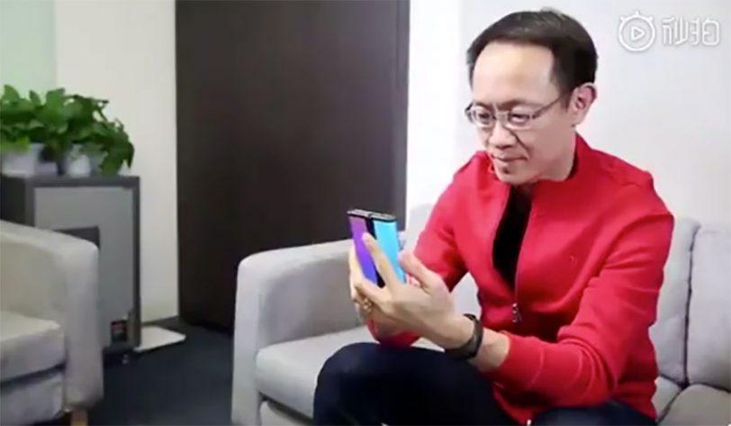 סמארטפון מתקפל בידיו של נשיא שיאומי, לין בין (תמונה: Weibo / Lin Bin)