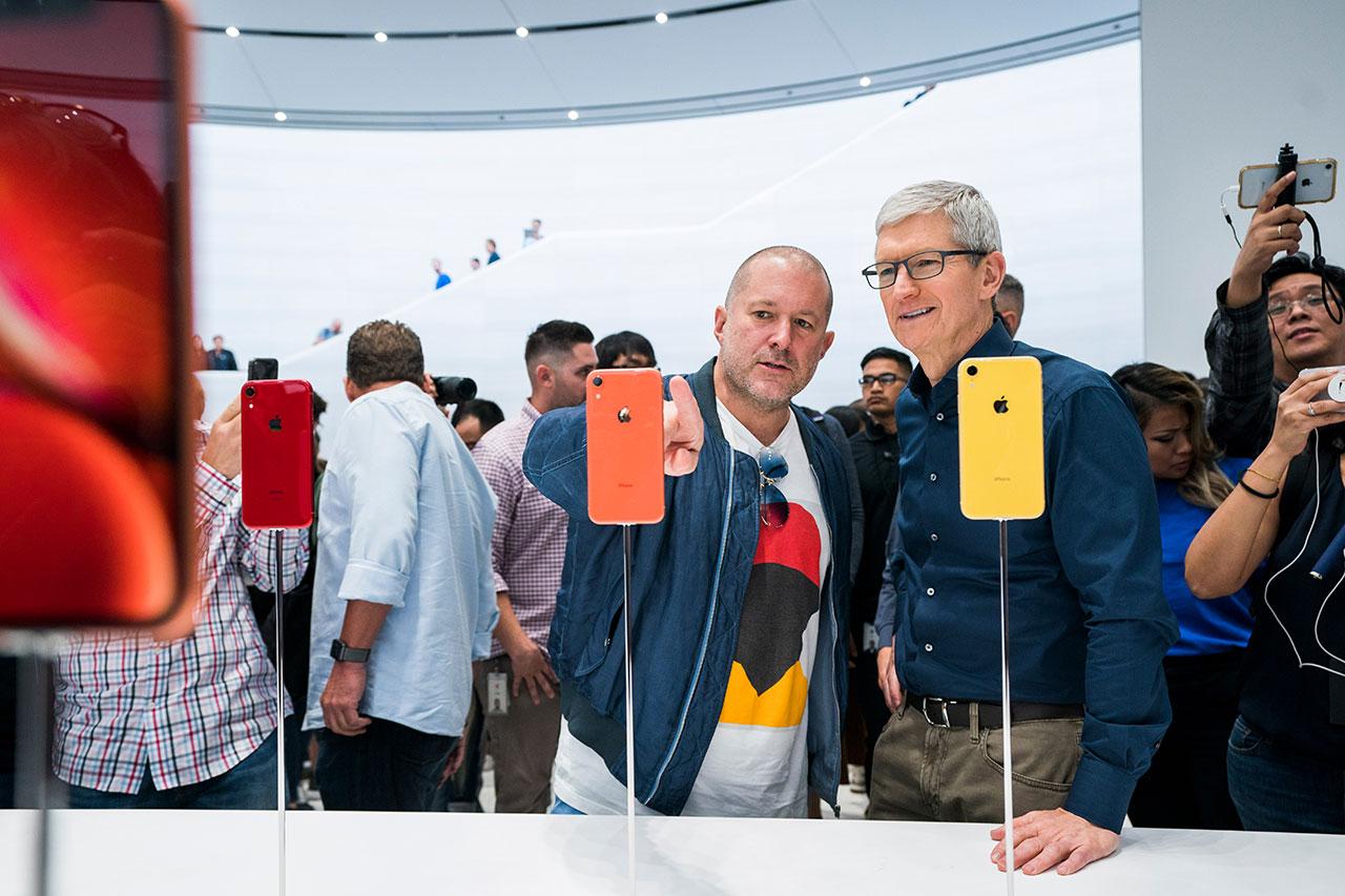 ג'וני אייב וטים קוק בהשקת ה-iPhone XR