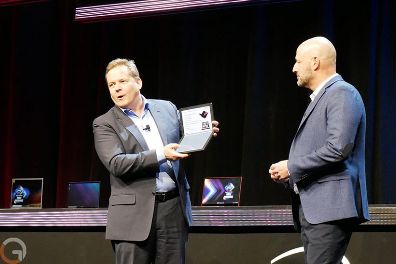 הדגמת מחשב Lenovo ThinkPad X1 Fold (צילום: רונן מנדזיצקי, גאדג'טי)