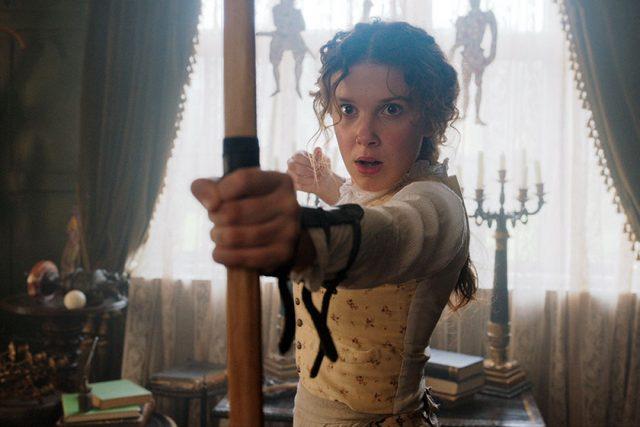 """ביקורת סרט: """"אנולה הולמס"""" של נטפליקס נותן טוויסט פמיניסטי לשרלוק"""