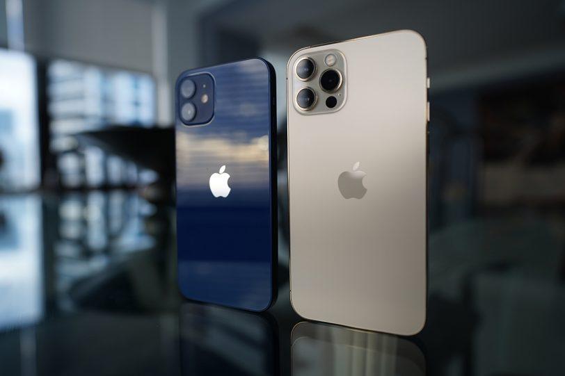 iPhone 12 Pro ו-iPhone 12 (צילום: אלון גרעיני)