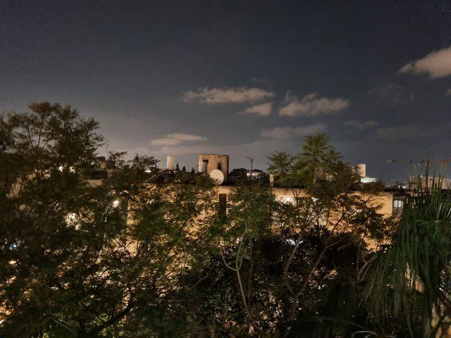 תמונה בלילה מה-Galaxy S21 (צילום: רונן מנדזיצקי)