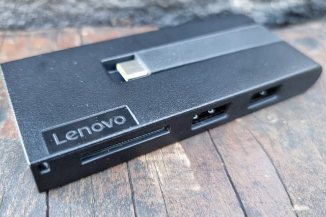 נייד X1 Titanium - דונגל עם חיבורים נוספים (צילום: יאן לנגרמן, גאדג'טי)