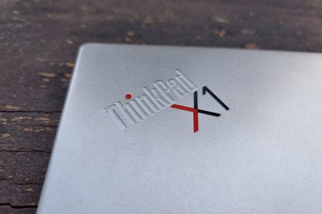 נייד X1 Titanium - תקריב לוגו (צילום: יאן לנגרמן, גאדג'טי)