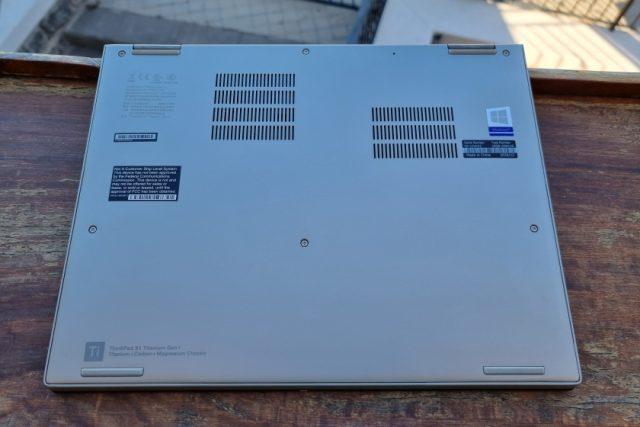 נייד X1 Titanium - חלק תחתון (צילום: יאן לנגרמן, גאדג'טי)