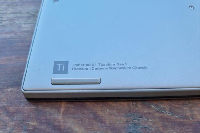 נייד X1 Titanium - תקריב חלק תחתון (צילום: יאן לנגרמן, גאדג'טי)