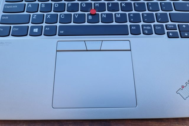 נייד X1 Titanium - תקריב פד עכבר (צילום: יאן לנגרמן, גאדג'טי)