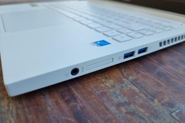 נייד ConceptD 3 Ezel - חיבורים מימין (צילום: יאן לנגרמן, גאדג'טי)