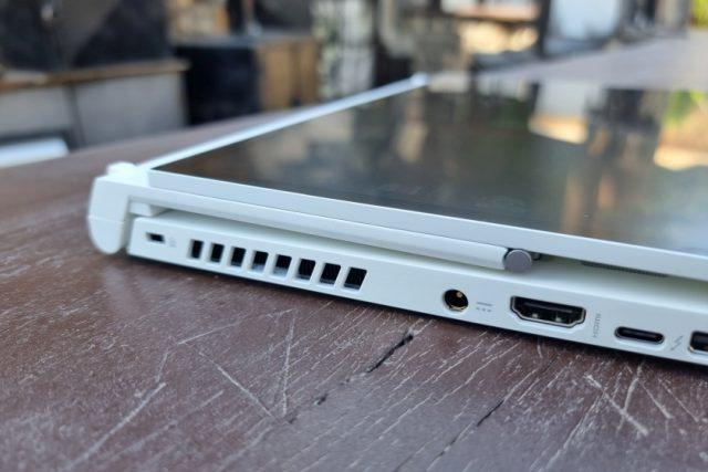 נייד ConceptD 3 Ezel - תקריב במצב טאבלט (צילום: יאן לנגרמן, גאדג'טי)