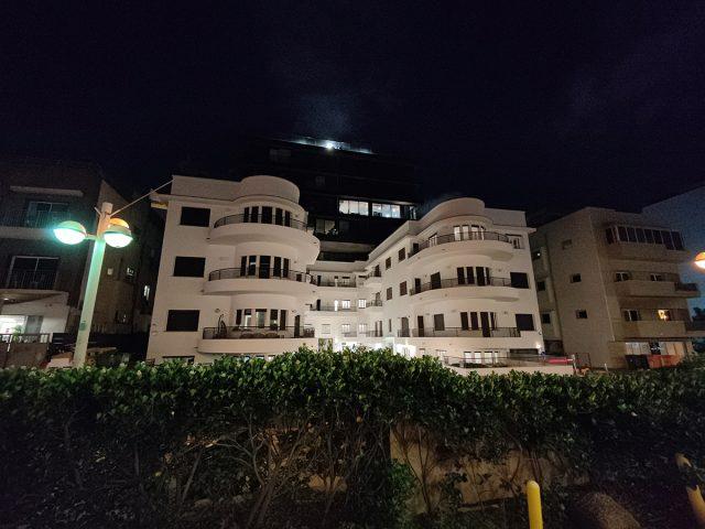 בניין בלילה