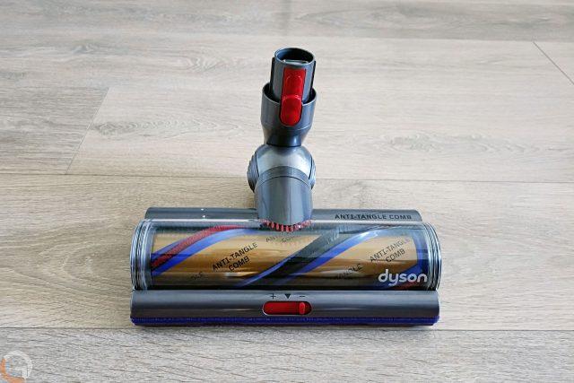 ידית ניקוי שטיחים לשואב אבק Dyson V15 (צילום: רונן מנדזיצקי)