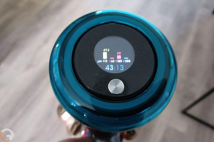 מחוון אבק וסוללה בשואב אבק Dyson V15 (צילום: רונן מנדזיצקי)